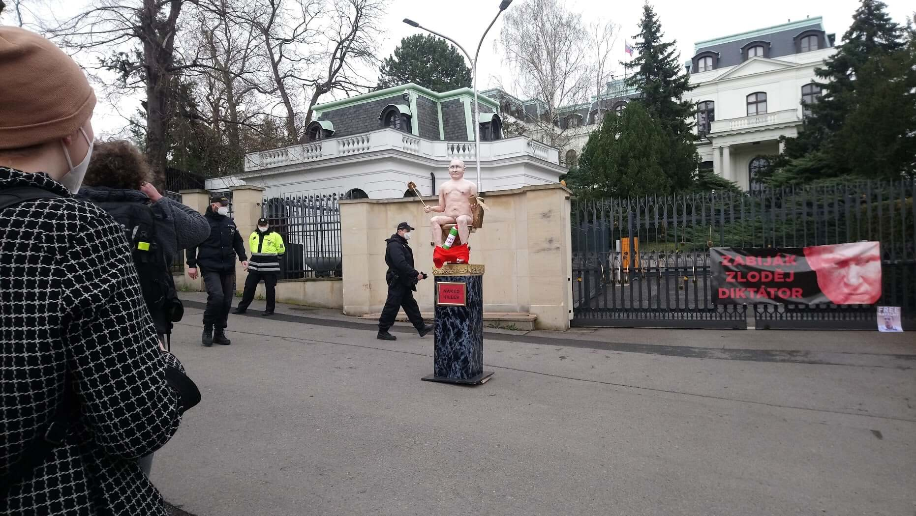 putin-naked-effigy-prague
